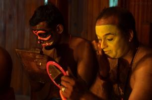 Indie, Kerala, Kochi (Koczin), Kerala Kathakali Centre, pokaz makijażu artystów przed występem Kathakali