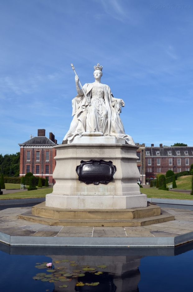 UK_I_12_Queen_Victoria_Statue_in_front_of_Kensington_Palace_50_size_watermark