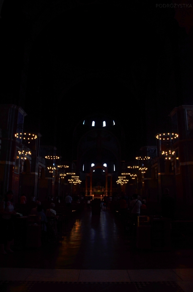 UK_III_11_Westminster_Cathedral_lights_in_the_Nave_50_size_watermark